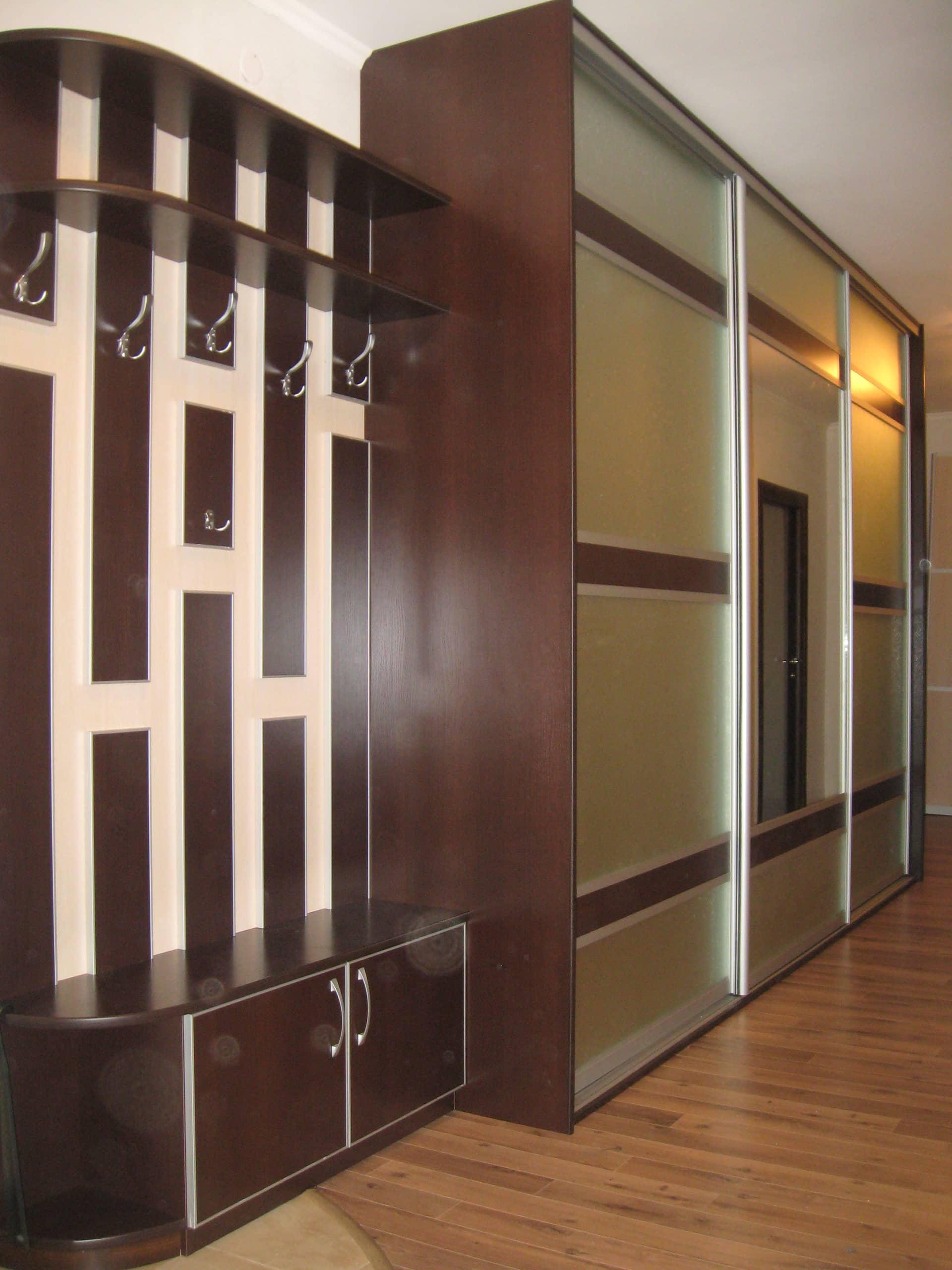 Встроенные угловые шкафы купе в гостиную фото петру